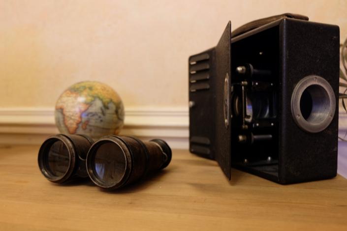 Jumelles et projecteur ancien